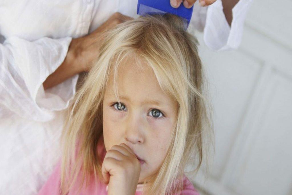 Педикулез в детском саду - медсестра проводит осмотр