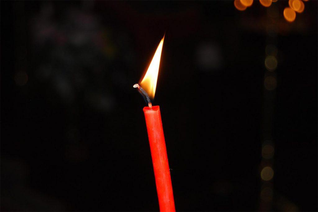 Заговор против клопов в квартире с помощью церковной свечи