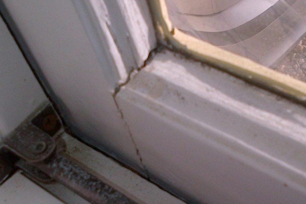 Тараканы от соседей – как заставить травить насекомых, куда жаловаться, образец заявлений. щели в оконных рамах